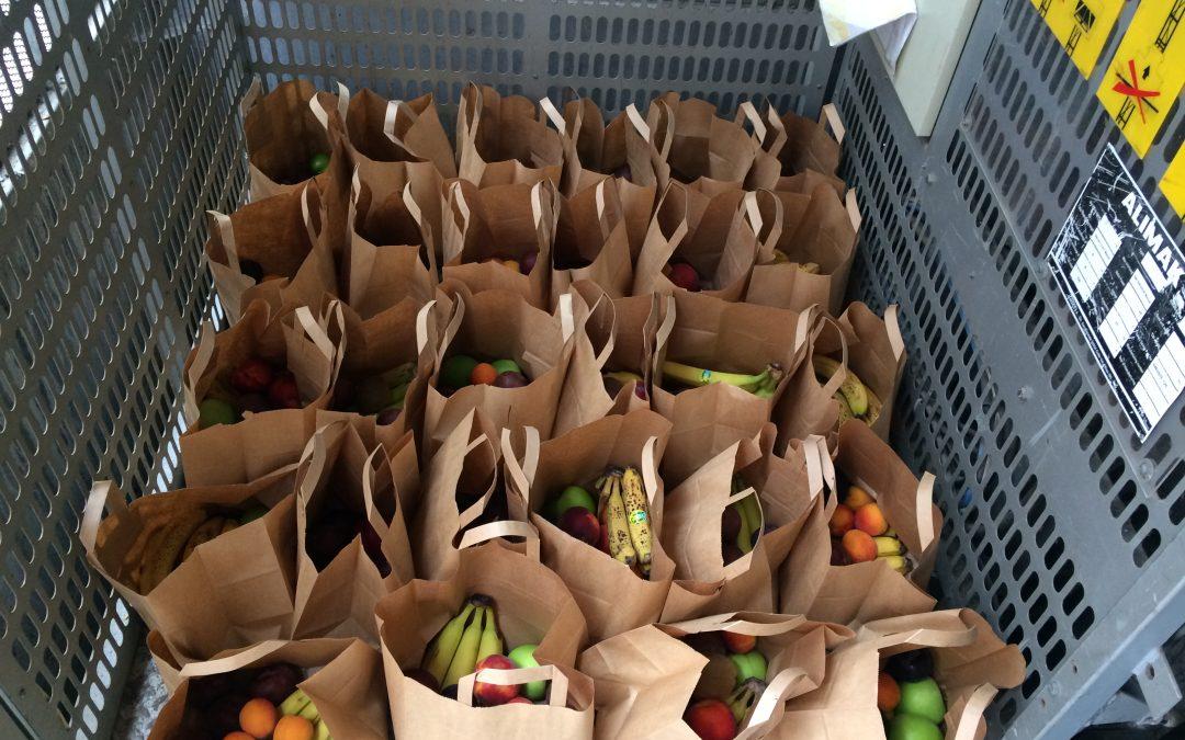 Distribution de Fruits Frais aux réfugiés de la Gare du Nord